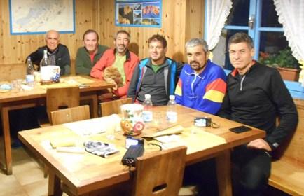Foto di gruppo al rifugio 7° Alpini con gli amici di Agordo e Cencenighe