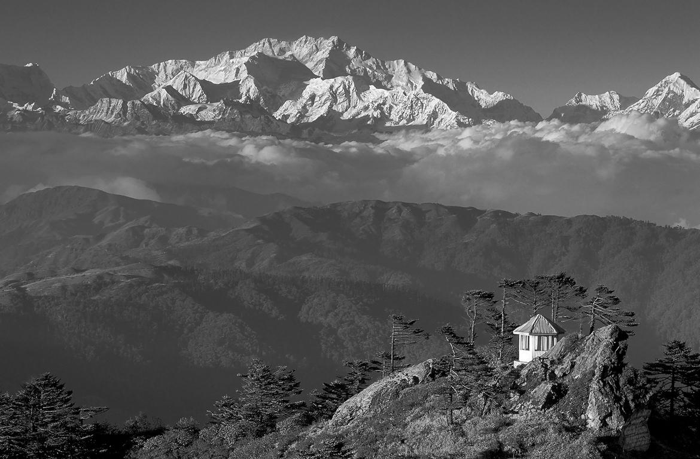 Kanchenzonga da Sud: la cresta a destra - la Zemu Ridge con il Zemu Peak - è la meta reale della Spedizione K2014.it in partenza il 12 aprile. Il Thanglha è invece la meta simbolica e letteraria del romanzo di situazione.