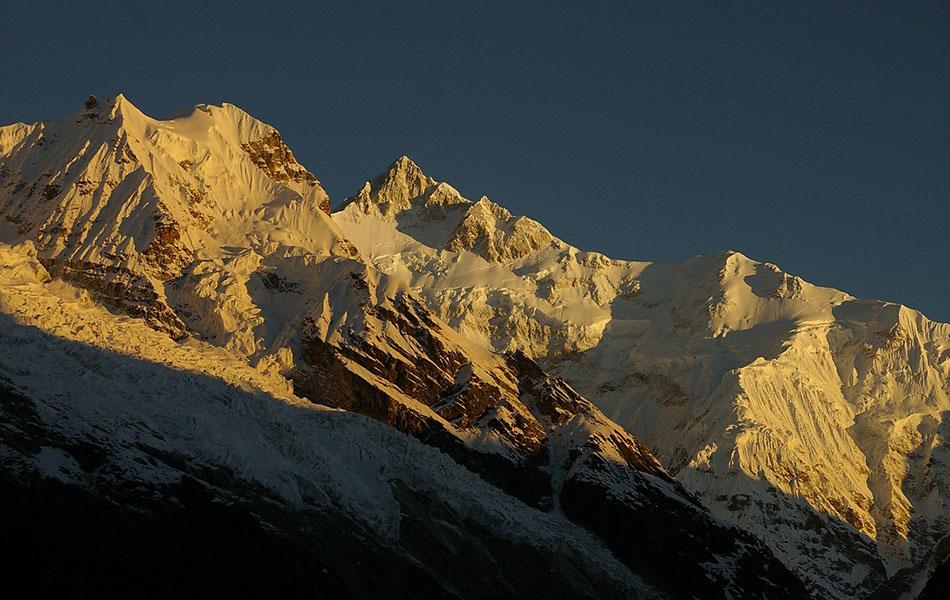 Sullo sfondo il Kanchenzonga e la Zemu Ridge con lo Sperone Sud che si innesta in prossimità dello Zemu Peak
