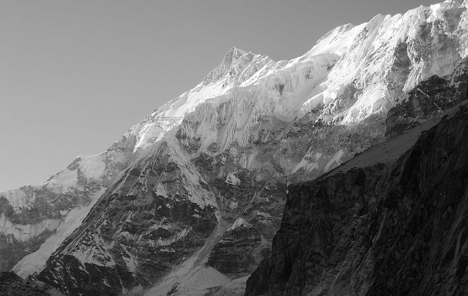 Anindya Mukherjee fotografa lo Sperone Sud che si innesta sulla Zemu Ridge e lo Zemu Peak
