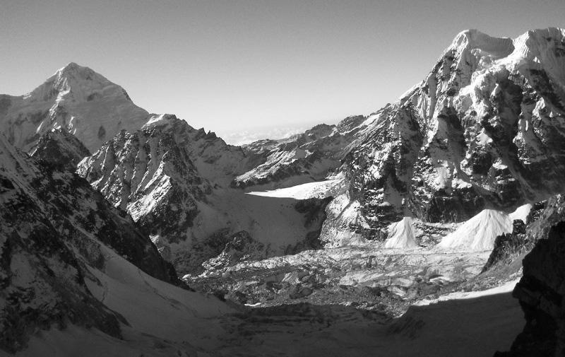 Goecha-La visto dal Tonghsiong Glacier (da dove è stata fatta la foto del capitolo 16). Perlustrazione del 2011 di Anindya Mukherjee