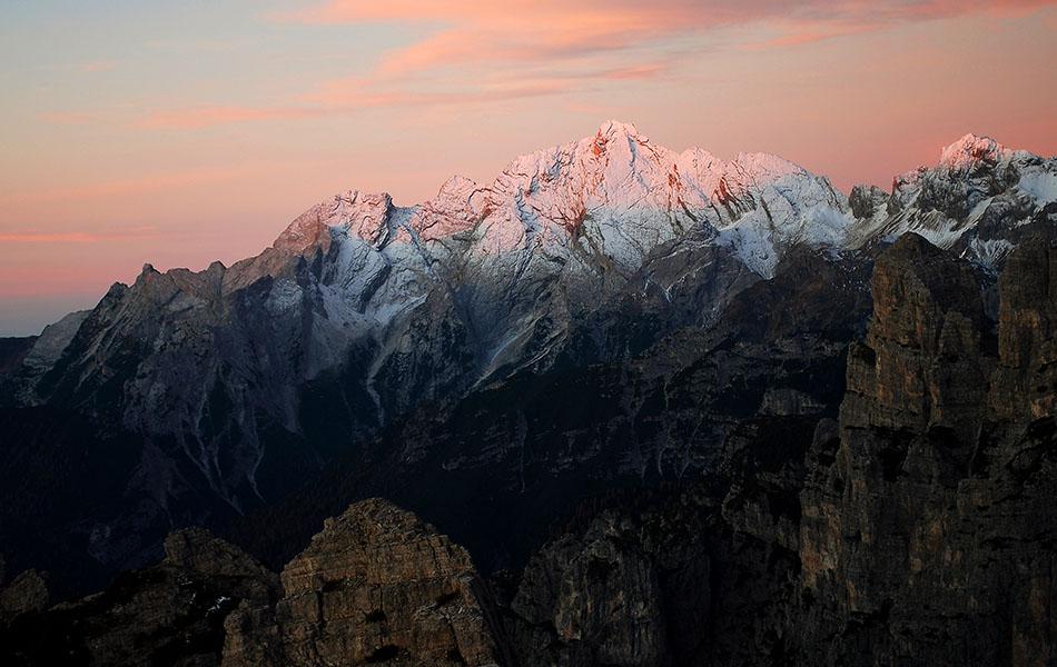 L'arrivo del sole sulla Cima dei Preti e Cima Laste imbiancate dalla prima neve (ph. Loris De Barba)