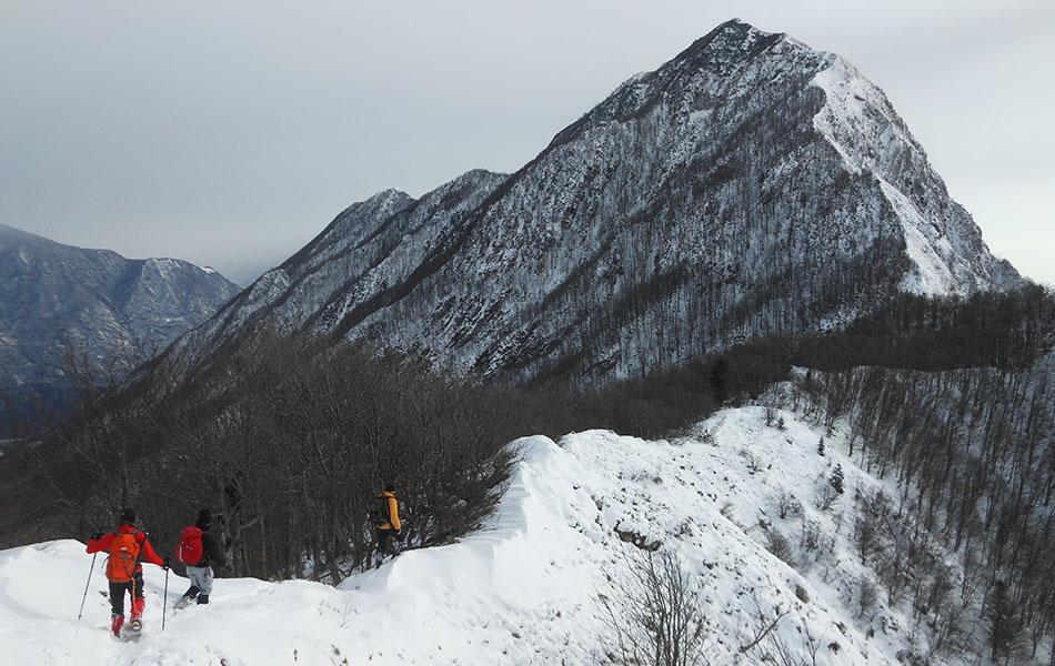 Sulla cresta del Monte Faeit , sullo sfondo l'elevazione del Picjat