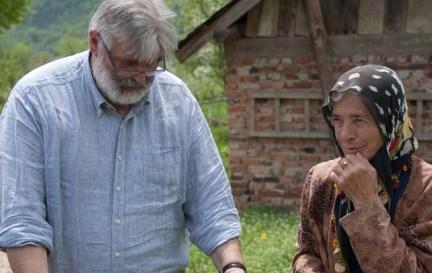 Gianni Rigoni Stern con una donna di Srebrenica