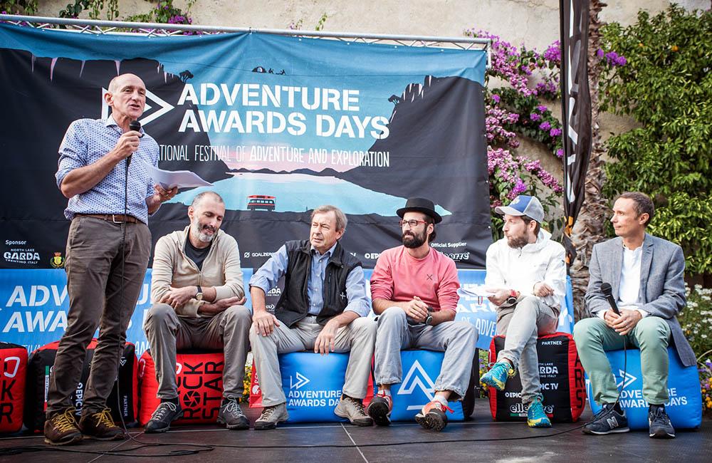 Teddy Soppelsa presenta i vincitori del Blogger Contest; da sx: Gian Luca Diamanti (1 classificato), Gabriele Villa (2 classificato) e Giovanni Spitale (3 classificato), accanto ai membri della giuria Davide Fiorasio e Claudio Primavesi.
