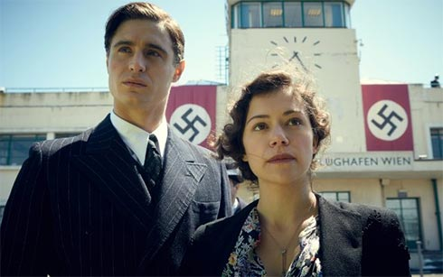 Max Irons and Tatiana Maslany in Woman in Gold