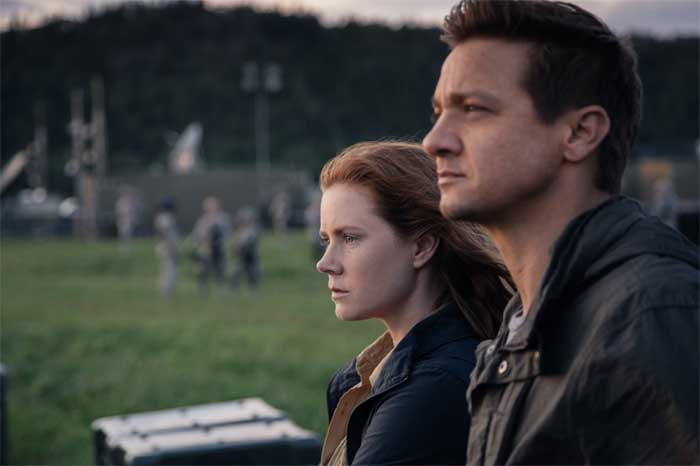 Amy Adams and Jeremy Renner in Arrival