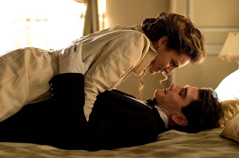 Amaia Salamanca and Yon González  in Grand Hotel (Gran Hotel)