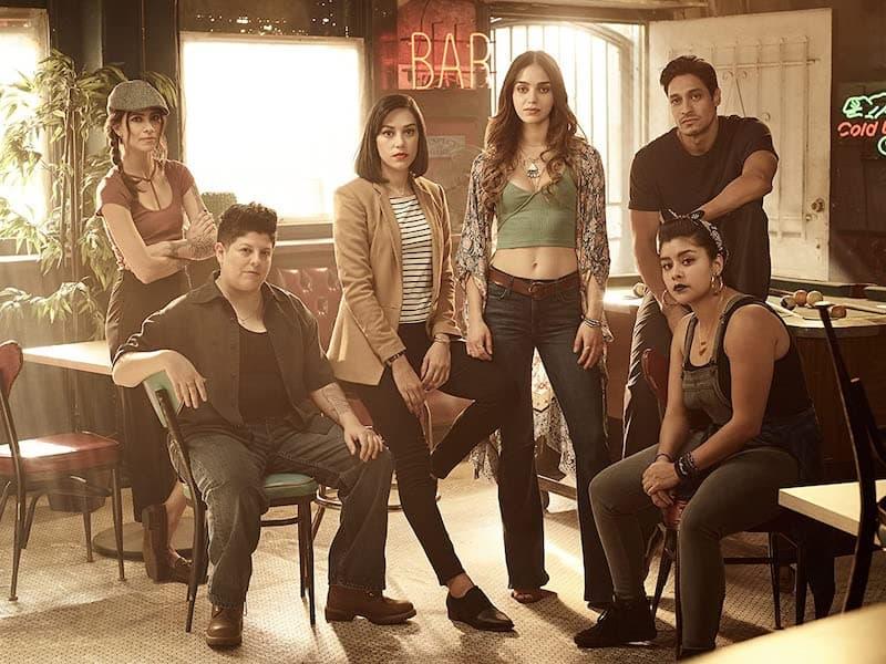 Maria-Elena Laas, Chelsea Rendon, Ser Anzoategui, Mishel Prada, Carlos Miranda, and Melissa Barrera in Vida