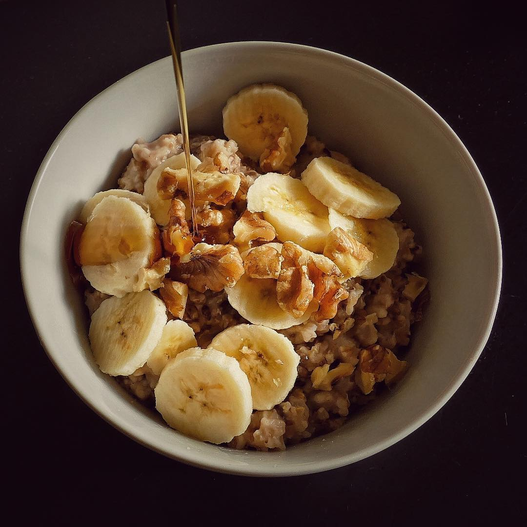 Porridge with walnuts and banana