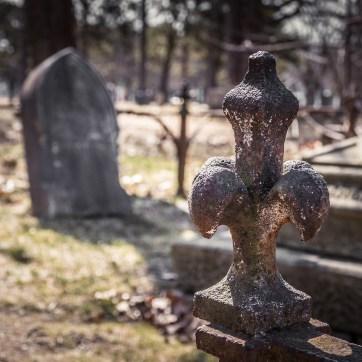 A grave stone in a grassy field