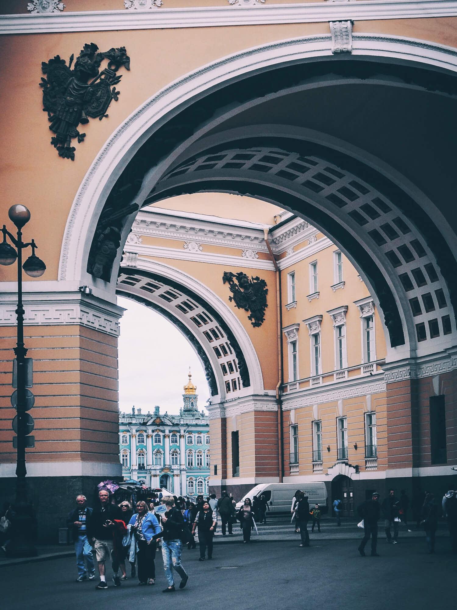 Вид на Зимний дворец через арки