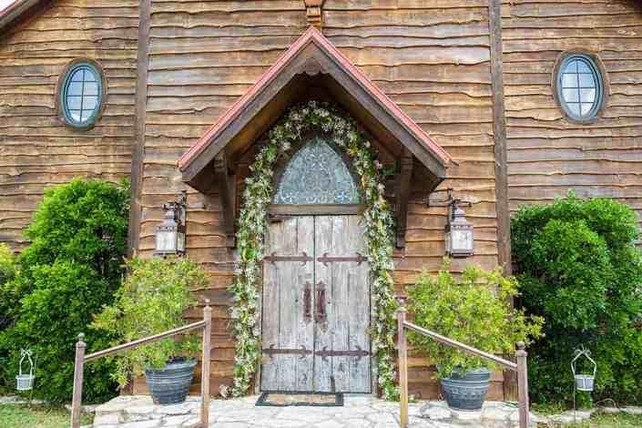 wooden-antique-door-entrance-old-glory-ranch-wedding-venue