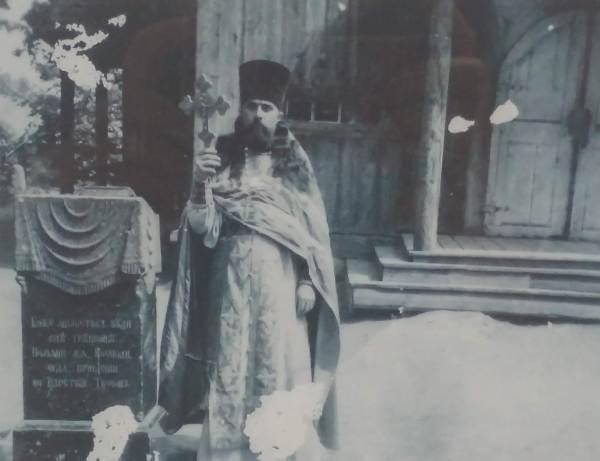 Svyaschennik okolo Varvarinskoj cerkvi