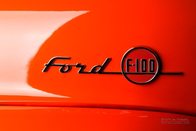Ford F100, Pick-Up Truck, Emblem auf Motorhaube links. Oldtimer Fotograf: Stephan Hensel, Hamburg