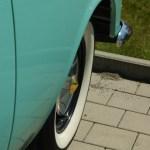 Verchromt und teils mit Messingfarben überzogene Radkappen des Opel Rekord P2 Pick-up