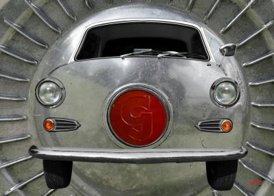 Goggomobil Coupé 250 TS Poster mit Original Radkappe im Hintergrund