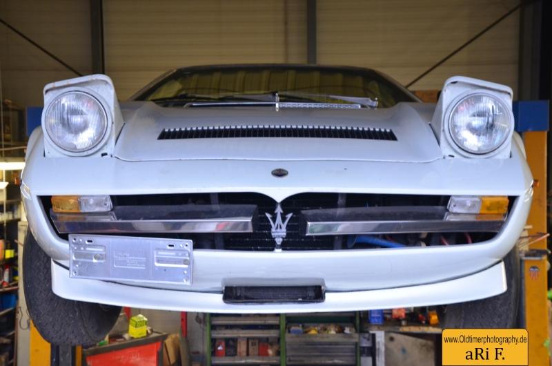 Maserati Merak SS Frontansicht mit aufgeklappten Scheinwerfer auf der Hebebühne