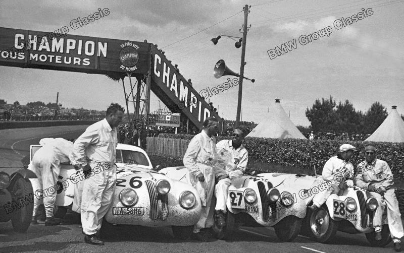Die siegreiche NSKK-Mannschaft auf BMW 328 nach dem 24 Stunden-Rennen von Le Mans 1939