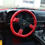 Porsche 924 Carrera GTS mit rotem Lederlenkrad
