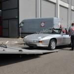 Porsche 928 Cabriolet beim Ausladen aus dem Lastwagen und dann vonHand geschoben in die Messehalle