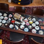 Boxenstop Restaurant Rastelli Tische mit Tassen und Spielzeugautos unter der Glasplatte
