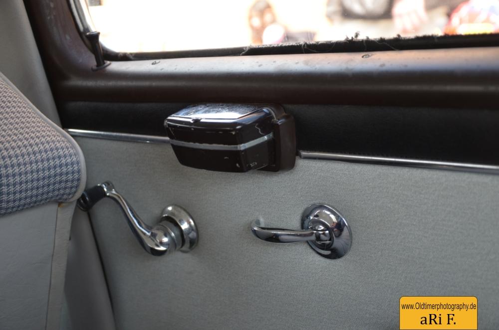 Mercedes-Benz 190 Db Ponton W 121 mit Fensterkurbel Türöffner und Zigartettenascher auf Seitentür hinten