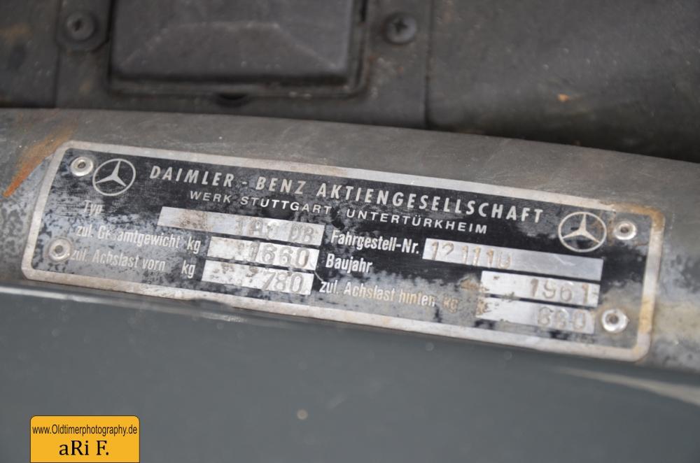 Mercedes-Benz 190 Db W 121 mit Typenschild