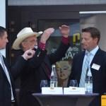 Ted Bauer, James Francis Gill und Christoph Karle im Interview während der Vernissage (v.l.n.r.)