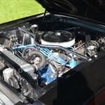 Motorraum des schwarzen Ford Mustang mit weißen Rallye-Streifen auf der 4. Kressbronn Classic