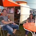 Stolze Besitzer ihres Mini-Wohnwagens beim Hymer Museumsfest 2017, nur wie schlafen die da drin auf so engem Raum?