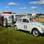 VW Käfer im Herbie-Look mit Wohnwagen