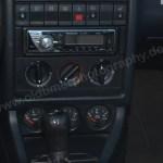 Audi 80 Cabrio mit Radio und weiteren Bedienungsinstrumenten