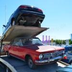 Plymouth Valiant Convertible Signet mit Saab 900 Cabrio auf Transporter
