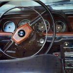 BMW 2000 CA Interieur mit Holzaplikation auf dem Lenkrad