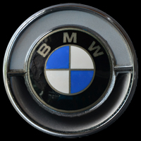 Logo BMW 2000 CS mit integriertem Lüftungsschlitz