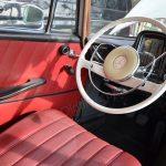 Mercedes-Benz W 110 190 mit weißem Lenkrad mit Sicherheitspralltopf, dahinter Lenkradschaltung