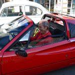 Auch ein Ferrari muss mal im Registrierungsstau auf Einlass warten