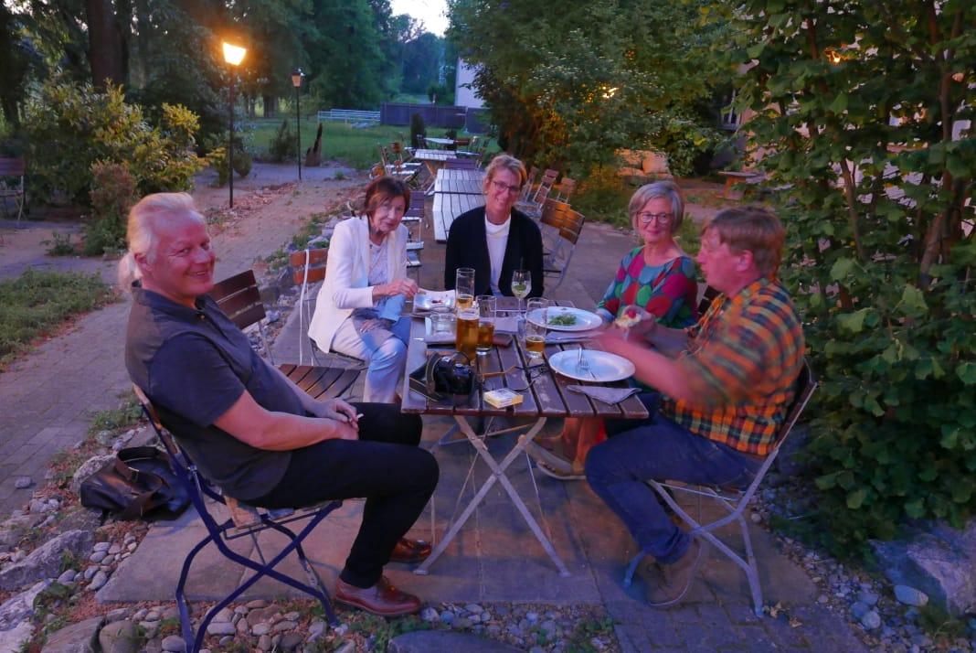 Nach Abschluss der Vernissage im Biergarten des Restaurants Amicus in dem Kulturhaus Caserne mit allen meinen Mitwirkenden und Helfern.