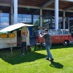 VW Bus T1 Samba mit Wohnwagen beim Zeltaufbau im Aussenbreich