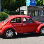 VW Käfer bei der Einfahrt zum Messegelände