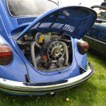 VW Käfer im Bugatti-Blau mit geöffneter Motorhaube hinten