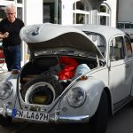 VW Käfer perfekt restauriert stehend in der Bahnhofstraße/Langenargen