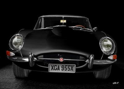 Jaguar E-Type Serie 1 in black & white front view