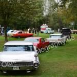 Cadillac Series 62 hinten bei der Einfahrt mit Ford Mustang - Pontiac Bionneville - Ford Pick-up
