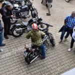 Bike bei der Einfahrt nach der Suche einer guten Abstellmöglichkeit