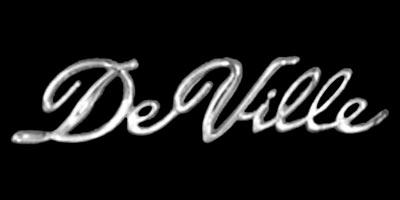 Logo Cadillac DeVille 1970 als Schriftzug beidseitig an der Heckflosse