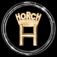 Logo Horch 930 S am Heck befestigt