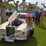 Die Gräfin Markdorf beim Bentley-Posing