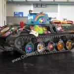 Hippie-Panzer mit Gitarre und mc